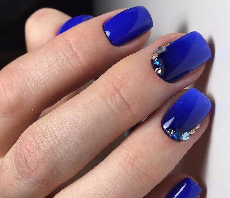 Синий маникюр осенний
