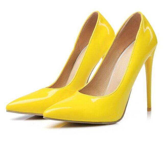 Желтые туфли на шпильке