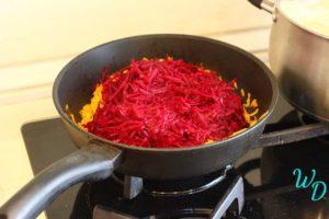 Свекла с морковью в сковороде