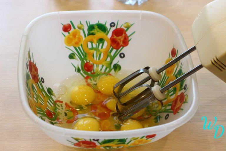 Яйца в миске с миксером