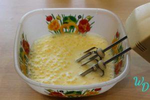 Взбитые яйца в миске с миксером