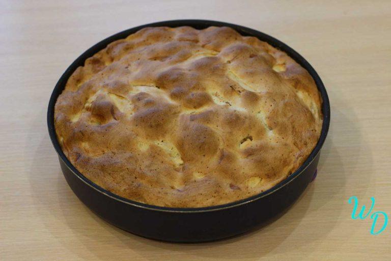 Яблочный пирог в форме для запекания